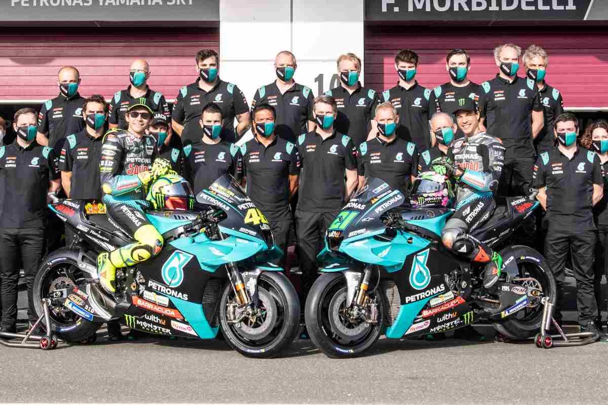 La foto di gruppo del team Petronas in MotoGP