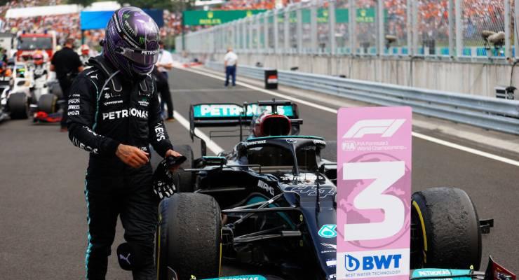 Lewis Hamilton scende dalla Mercedes dopo il Gran Premio d'Ungheria di F1 2021 a Budapest (Foto Florion Goga - Pool/Getty Images)