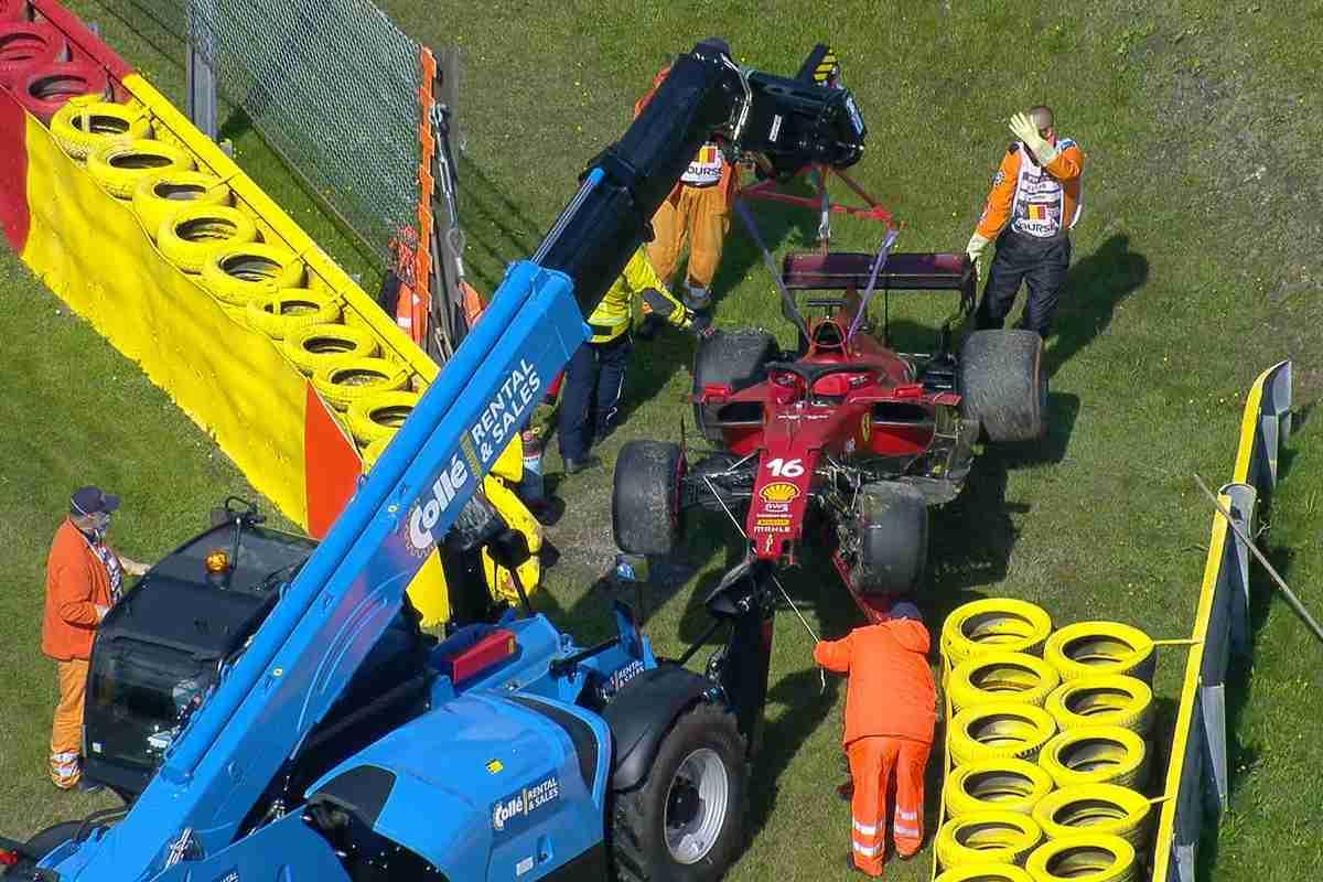 La Ferrari di Charles Leclerc dopo l'incidente nelle prove libere del Gran Premio del Belgio a Spa-Francorchamps