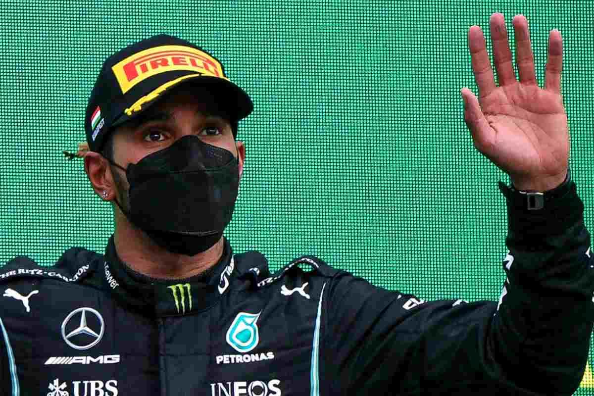 Lewis Hamilton sul podio del Gran Premio d'Ungheria di F1 2021 a Budapest