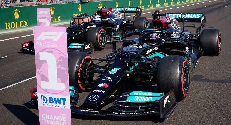 La Mercedes di Lewis Hamilton parcheggiata dopo la pole position nel Gran Premio d'Ungheria di F1 2021 a Budapest
