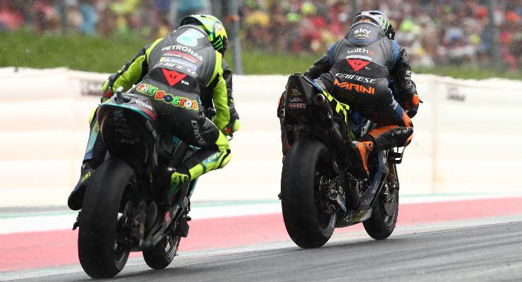 La Yamaha di Valentino Rossi in lotta con la Ducati di Luca Marini nel Gran Premio d'Austria di MotoGP 2021 al Red Bull Ring