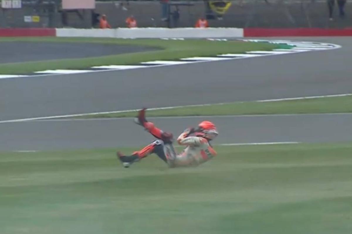 La caduta di Marc Marquez nelle prove libere del Gran Premio di Gran Bretagna a Silverstone