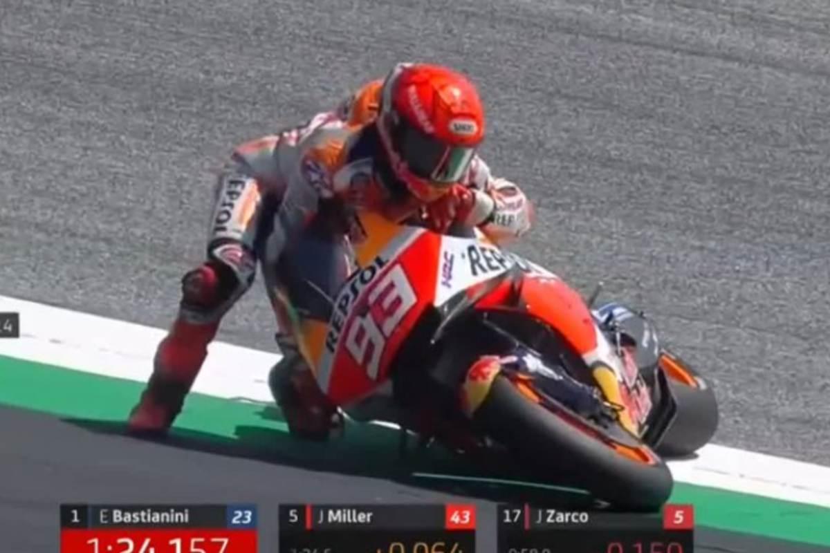Marc Marquez dopo la caduta nelle quarte prove libere del Gran Premio d'Austria di MotoGP 2021 al Red Bull Ring