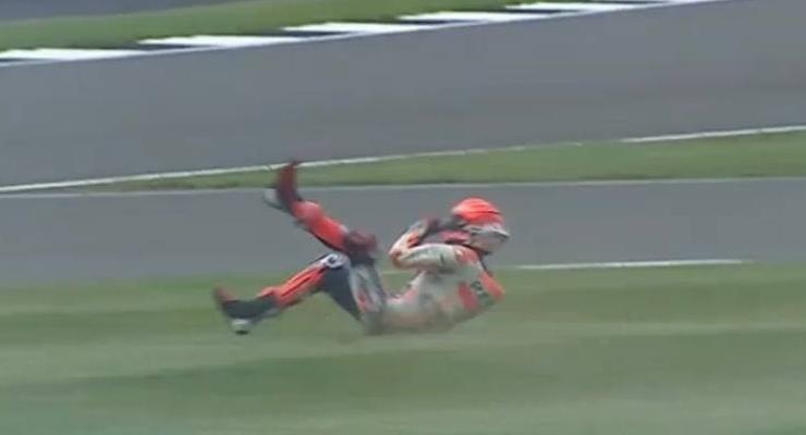 La caduta di Marc Marquez dalla sua Honda nel corso delle prove libere del Gran Premio di Gran Bretagna a Silverstone