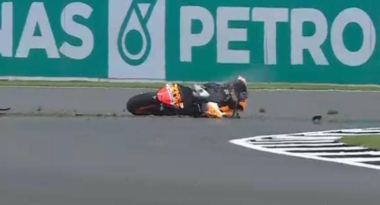 La caduta di Marc Marquez nelle prove libere del Gran Premio di Gran Bretagna a Silverstone (Foto Twitter / Sky Sport MotoGP)