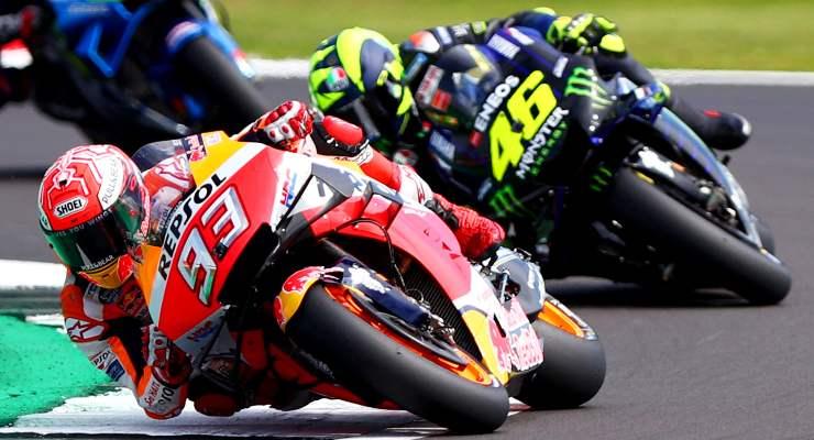 La Honda di Marc Marquez davanti alla Yamaha di Valentino Rossi in pista