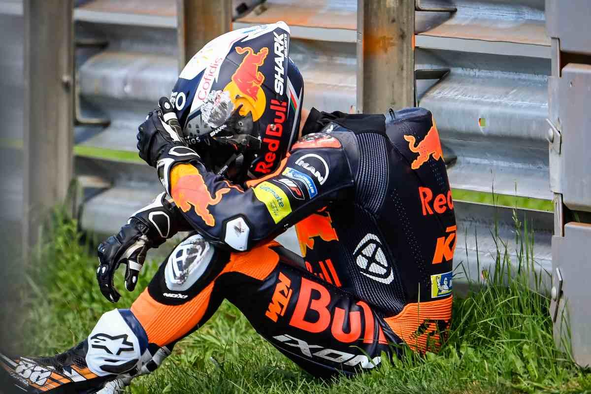 Miguel Oliveira seduto a bordo pista dopo la caduta durante le prove libere del Gran Premio di Stiria di MotoGP 2021 al Red Bull Ring