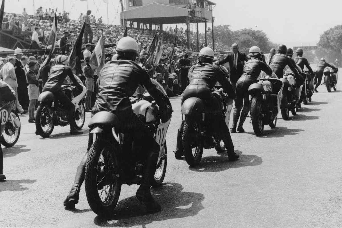 La partenza del Tourist Trophy di motociclismo del 1962 all'isola di Man