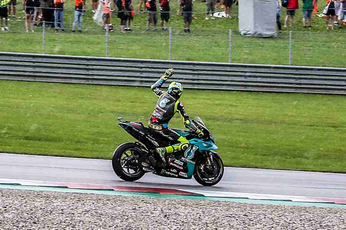 Valentino Rossi saluta il pubblico al termine del Gran Premio d'Austria di MotoGP 2021 al Red Bull Ring