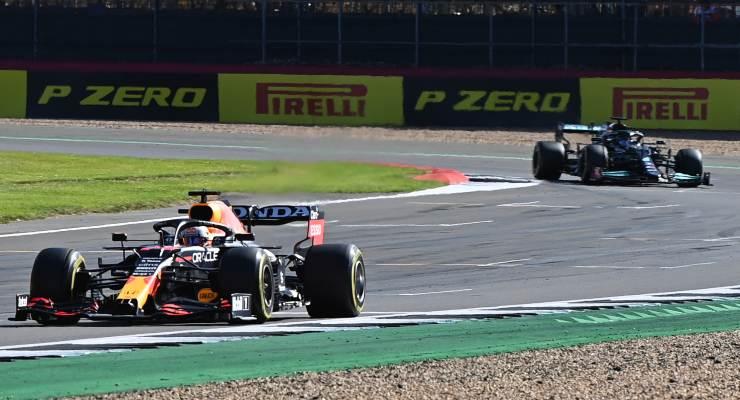 Max Verstappen davanti a Lewis Hamilton