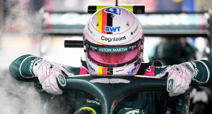Sebastian Vettel entra nell'abitacolo per il Gran Premio del Belgio di F1 2021 a Spa-Francorchamps