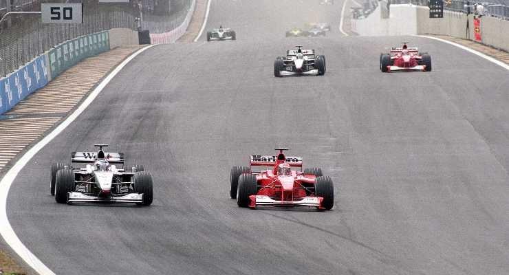 Hakkinen e Schumacher in lotta in Brasile nel 2000. Mandatory Credit: Mark Thompson / Allsport