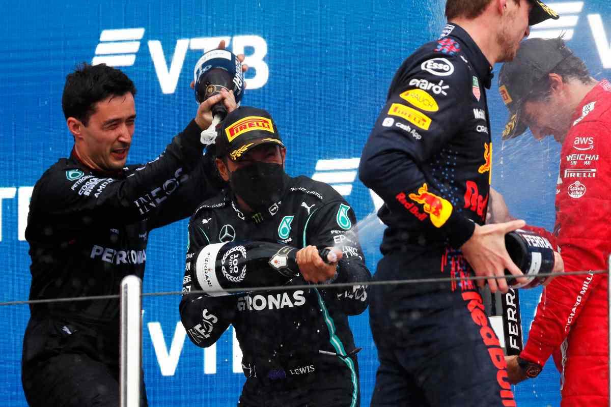 Hamilton festeggia sul podio a Sochi (Foto di Yuri Kochetkov - Pool/Getty Images)