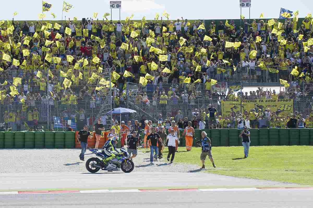 Valentino Rossi esulta coi suoi tifosi a Misano nel 2014