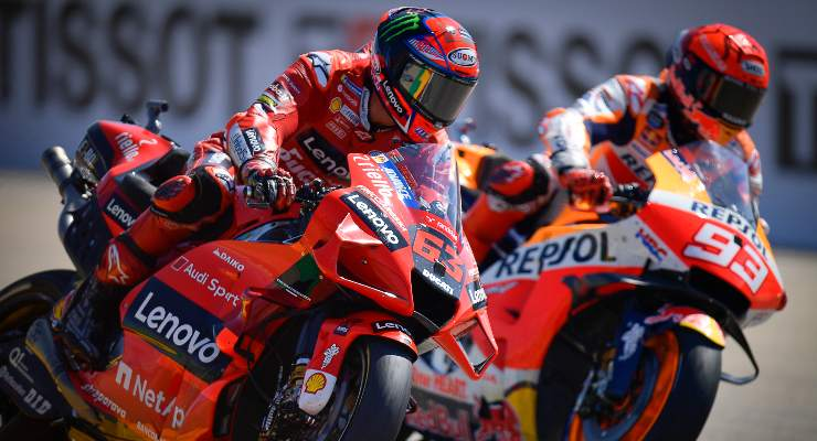 Pecco Bagnaia lotta per la vittoria con Marc Marquez al Gran Premio di Aragon di MotoGP 2021 ad Alcaniz