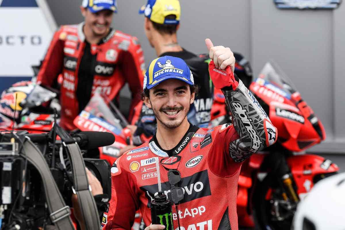 Pecco Bagnaia festeggia la pole position in parco chiuso al Gran Premio di San Marino di MotoGP 2021 a Misano Adriatico