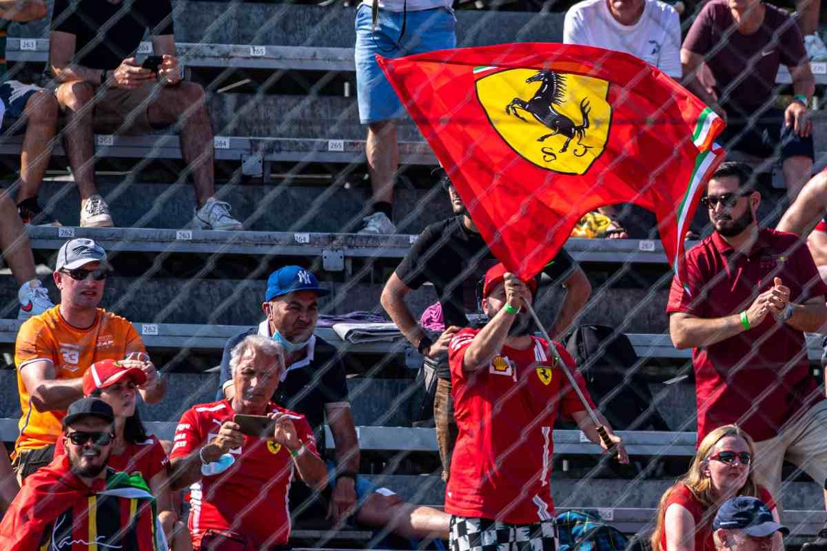 Tifosi con la bandiera Ferrari sulle tribune del Gran Premio d'Italia di F1 2021 a Monza
