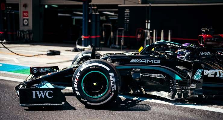 Lewis Hamilton ai box del Gran Premio di Russia a Sochi