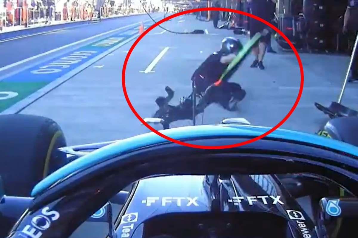 Lewis Hamilton investe il meccanico della Mercedes ai box del Gran Premio di Russia a Sochi
