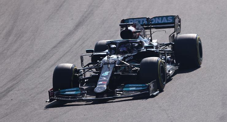 Lewis Hamilton in pista sulla Mercedes