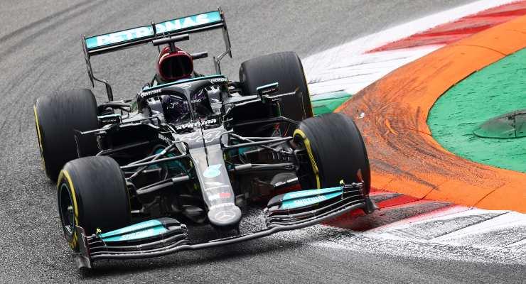 Lewis Hamilton in pista nel Gran Premio d'Italia di F1 2021 a Monza
