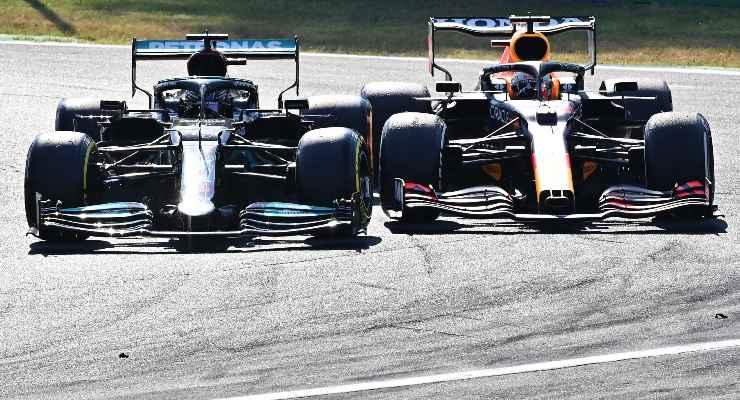 Il duello tra la Mercedes di Lewis Hamilton e la Red Bull di Max Verstappen al Gran Premio d'Italia di F1 2021 a Monza