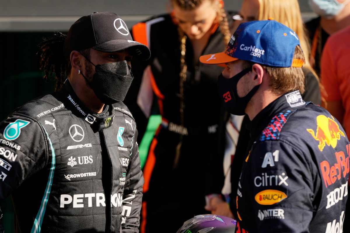 Lewis Hamilton parla con Max Verstappen al termine del Gran Premio d'Olanda di F1 2021 a Zandvoort
