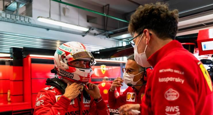 Charles Leclerc e il team principal Mattia Binotto ai box nel Gran Premio di Russia di F1 2021 a Sochi
