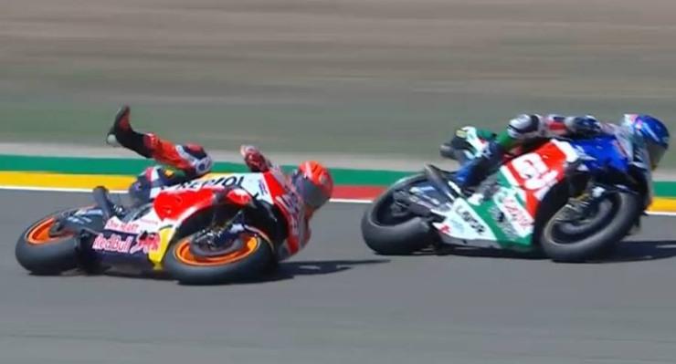 La caduta di Marc Marquez nelle prove libere del Gran Premio di Aragona di MotoGP 2021 ad Alcaniz