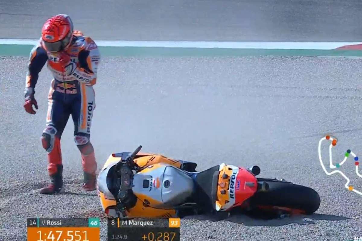 La caduta di Marc Marquez nelle prove libere del Gran Premio di Aragon di MotoGP 2021 ad Alcaniz