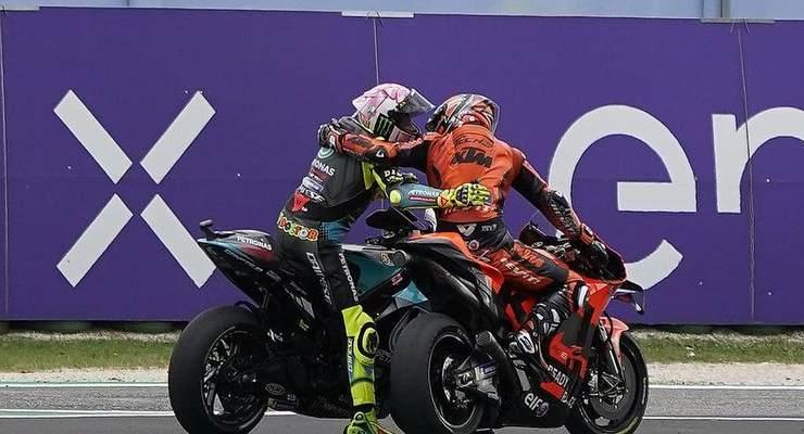 Danilo Petrucci abbraccia Valentino Rossi dopo il Gran Premio di San Marino di MotoGP 2021 a Misano Adriatico