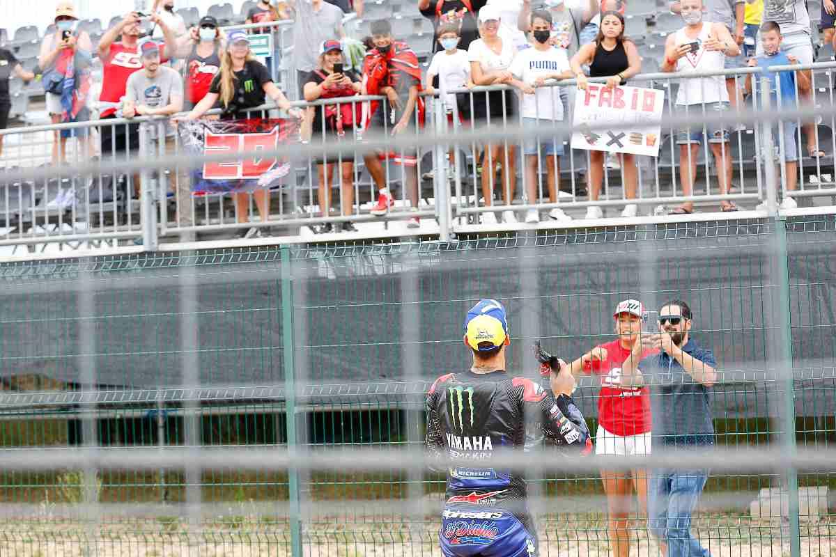 Fabio Quartararo lancia i guanti alla tifosa al Gran Premio di Aragon di MotoGP 2021 ad Alcaniz