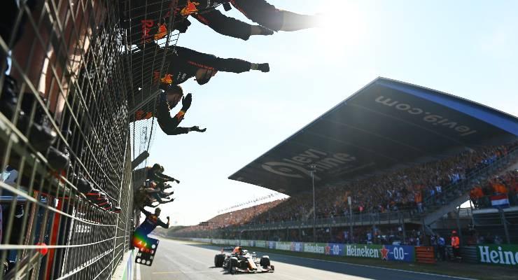 Il team Red Bull esulta per la vittoria di Max Verstappen mel Gran Premio d'Olanda di F1 2021 a Zandvoort