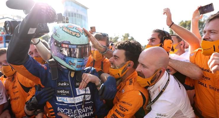 Daniel Ricciardo festeggia con il team McLaren la vittoria al Gran Premio d'Italia di F1 2021 a Monza