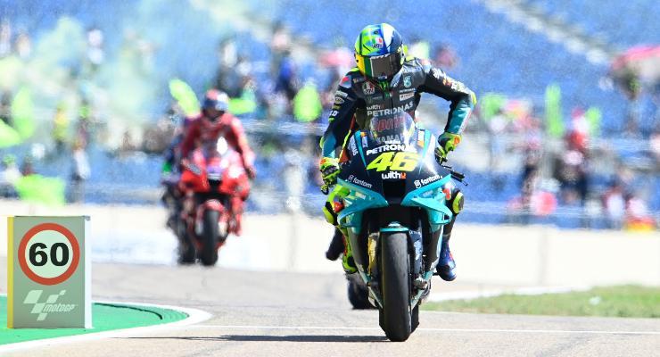 La Yamaha di Valentino Rossi davanti alla Ducati di Pecco Bagnaia al termine del Gran Premio di Aragon di MotoGP 2021 ad Alcaniz