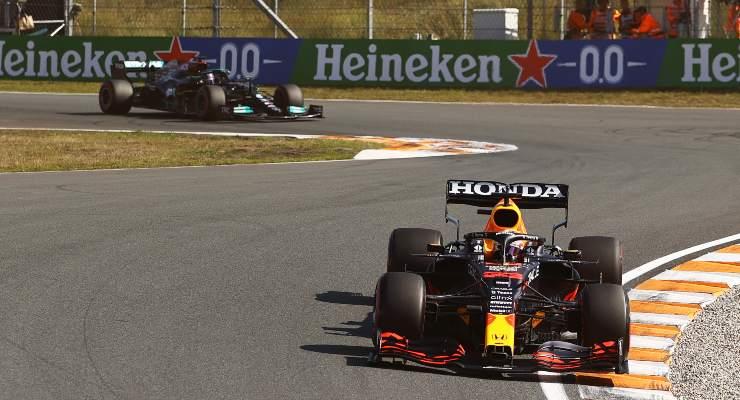 Lewis Hamilton dietro a Max Verstappen nel Gran Premio d'Olanda di F1 2021 a Zandvoort