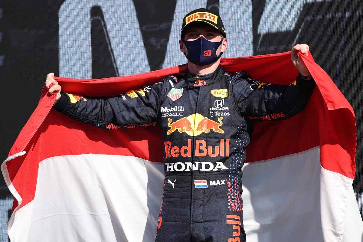 Max Verstappen festeggia sul gradino più alto del podio del Gran Premio d'Olanda di F1 2021 a Zandvoort