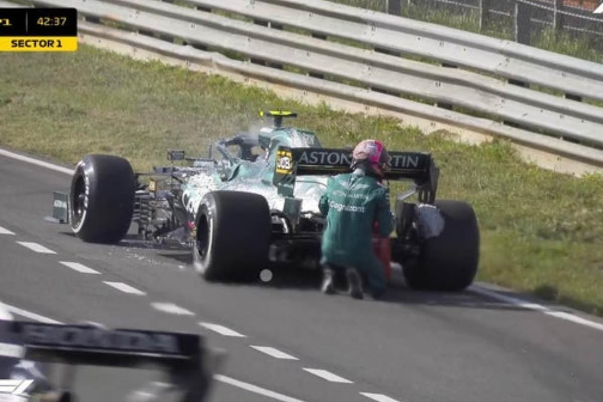 Sebastian Vettel spegne l'incendio sulla sua Aston Martin nelle prove libere del Gran Premio d'Olanda di F1 2021 a Zandvoort