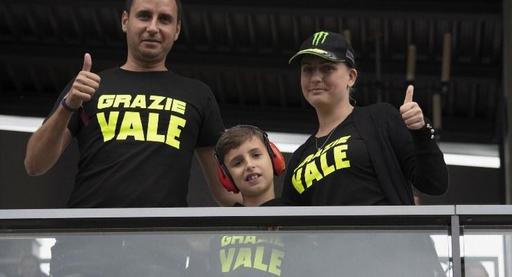 """I tifosi di Valentino Rossi sulle tribune con una maglietta con la scritta """"Grazie Vale"""""""