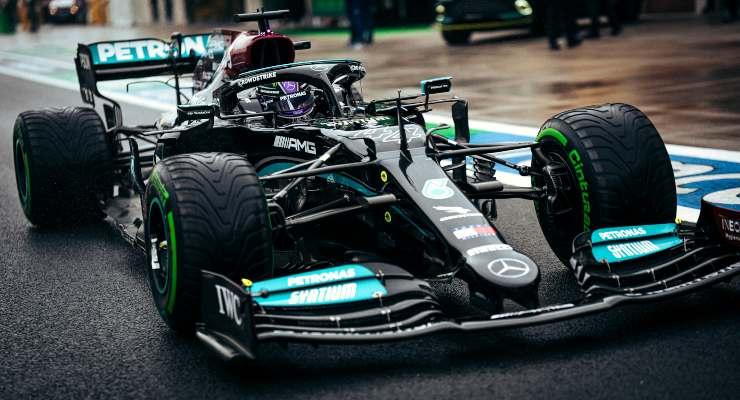 Lewis Hamilton ai box nel Gran Premio di Turchia di F1 2021 ad Istanbul