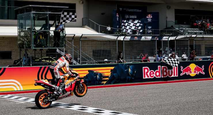 Marc Marquez taglia da vincitore il traguardo del Gran Premio delle Americhe di MotoGP 2021 ad Austin