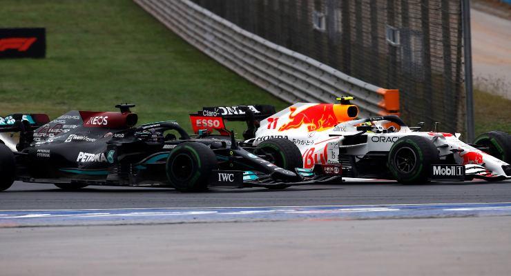 La Red Bull e la Mercedes in lotta al Gran Premio di Turchia di F1 2021 ad Istanbul