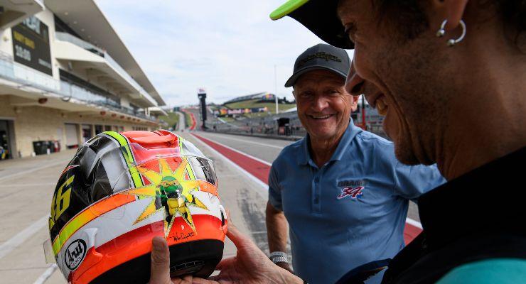 Valentino Rossi riceve il casco da Kevin Schwantz nel paddock del Gran Premio delle Americhe di MotoGP 2021 ad Austin