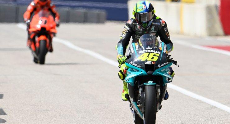 Valentino Rossi nella corsia dei box sulla sua Yamaha al Gran Premio delle Americhe di MotoGP 2021 ad Austin