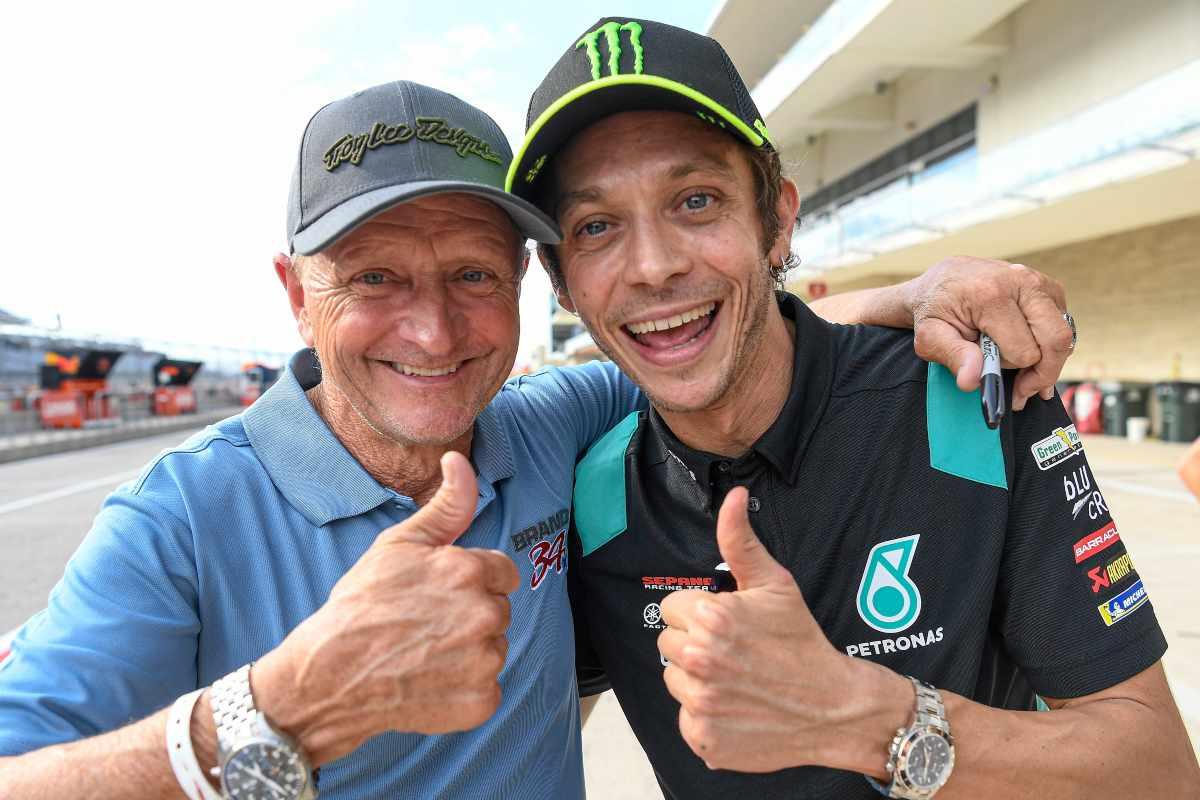 Valentino Rossi incontra Kevin Schwantz nel paddock del Gran Premio delle Americhe di MotoGP 2021 ad Austin