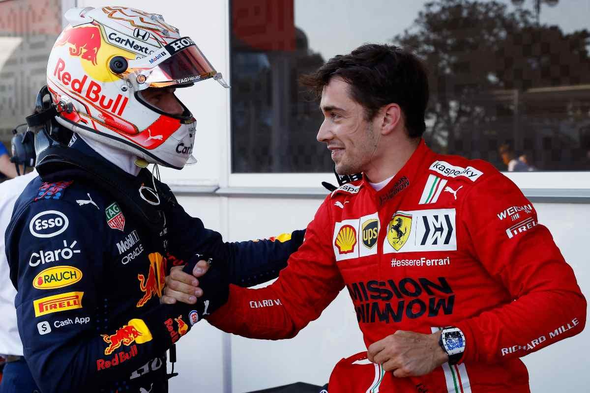 Max Verstappen stringe la mano a Charles Leclerc